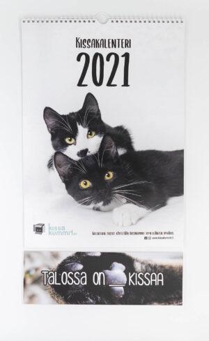 """Tuotepaketti: Kalenteri 2021 plus ovikyltti """"Talossa on ___ kissaa"""""""
