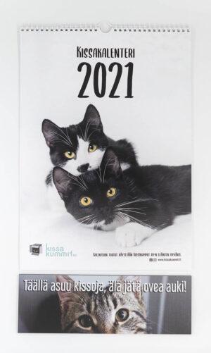 """Tuotepaketti: Kalenteri 2021 plus ovikyltti """"Täällä asuu kissoja, älä jätä ovea auki!"""""""